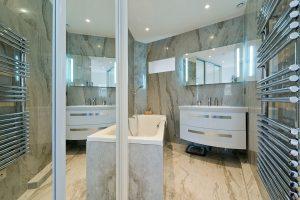 Diseño de cuarto de baño con LED